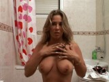 Vidéo porno mobile : Before taking a shower, she has fun with her dildo